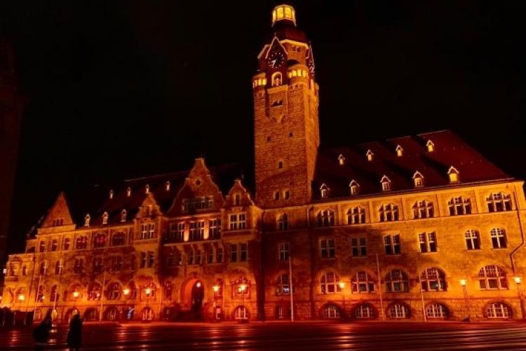 Remscheider Rathaus in Orange beleuchtet
